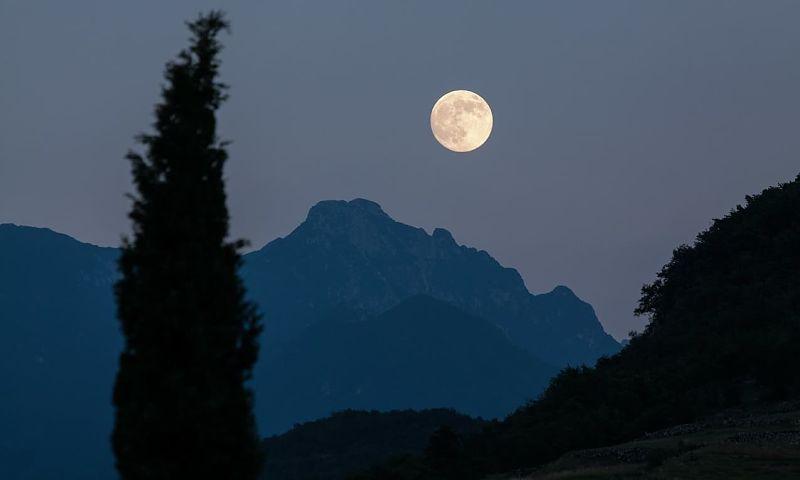 lampara de sal esfera, lampara de sal en forma de luna, lampara de sal luna, lampara de sal del himalaya redonda, lamparas de sal redondas, luz de luna lamparas de sal
